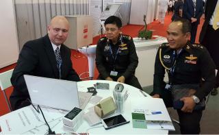 Jan Špatka představuje velení thajských ozbrojených sil simulátory volného pádu vyráběné Strojírnou Litvínov