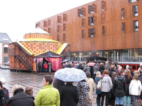 A queue of people waiting for the performance Obludárium by Forman Brothers Theatre