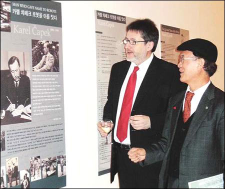 Professor Kim Kyuchin and Ambassador of the Czech Republic Jaroslav Olša, jr.