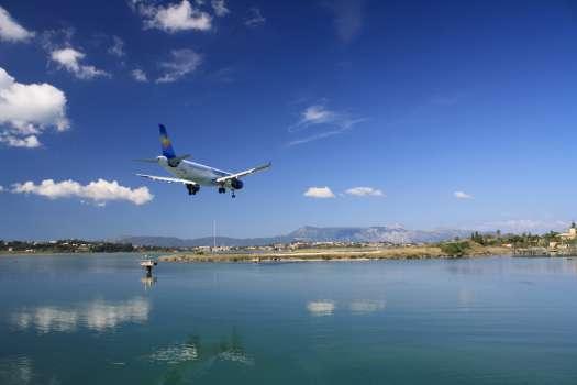 Přistání na letišti ostrova Korfu