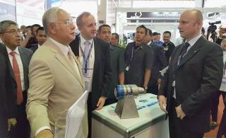Premiér Najib v doprovodu velvyslance Hykla navštívil českou expozici. Na foto v rozhovoru s Petrem Jaškem z PBS Velká Bíteš