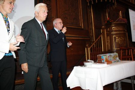U. Ellemann-Jensen (right), R. von Weizsäcker and vice-rector Lykke Friis tasted a cake shaped as The Wall in the end of the debate
