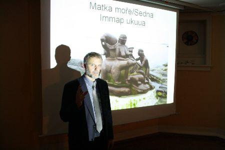 Z. Lyčka gør publikumet bekendt med inuitisk mytologi