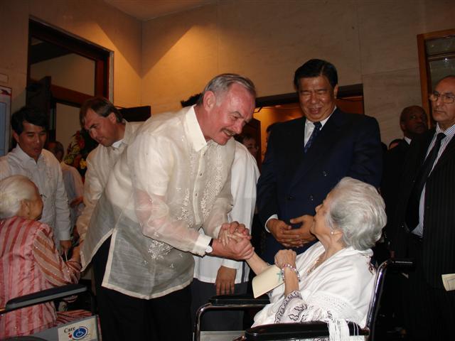 Předseda Senátu P. Sobotka se zdraví s potomkem J. Rizala
