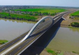 Most přes řeku Kuru jako součást nové dálnice z Baku na íránské hranice.