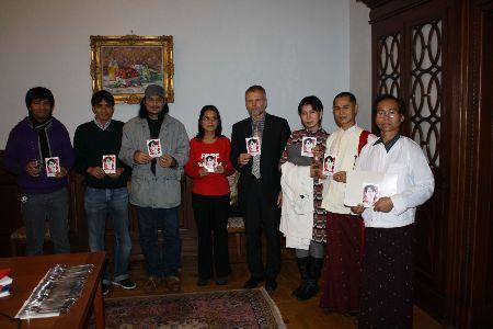 Den tjekkiske ambassadør Zdeněk Lyčka og  direktør for Burma Center i Prag Sabe Amthor Soe (i midten) sammen med herboende burmesere
