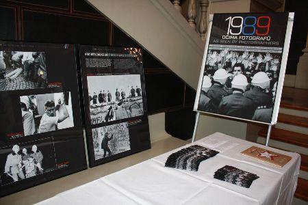 """Udstillingen """"1989 set med fotografernes øjne"""" ved indgangen til forelæsningssalen"""