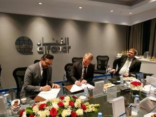 p. Jiří Konečný, předseda představenstva ELKO EP (uprostřed) a p. Husam Khanji, Home Automation Manager spol. Alfanar (vlevo) podepisují memorandum o spolupráci za přítomnosti poslance MUDr. Davida Kasala (vpravo).