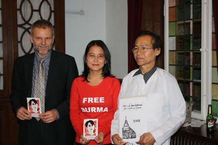 Fra venstre: den tjekkiske ambassadør Zdeněk Lyčka, direktør for Burma Center i Prag Sabe Amthor Soe og burmesiske kampsport mester U Htwe Thaung