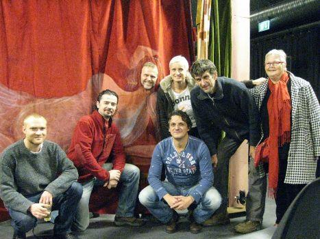 Den tjekkiske ambassadør Zdeněk Lyčka sammen med skuespillere fra ANPU teater og Harriet Ludvigsen